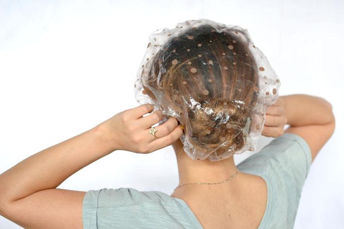 Маска на волосах под шапочкой