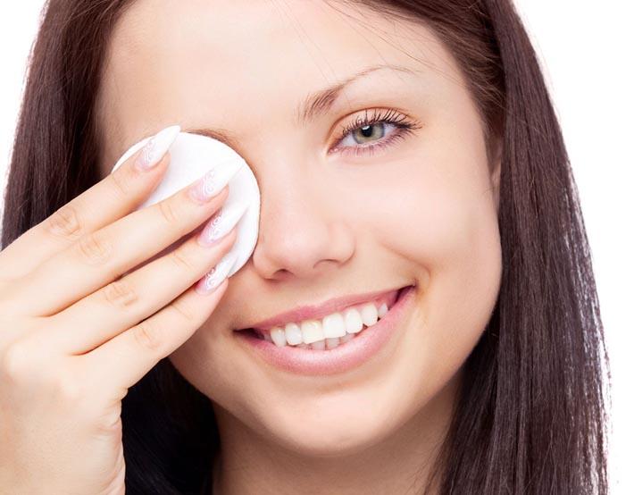 Очищение кожи возле глаз