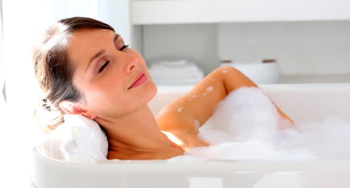 Моется в ванной